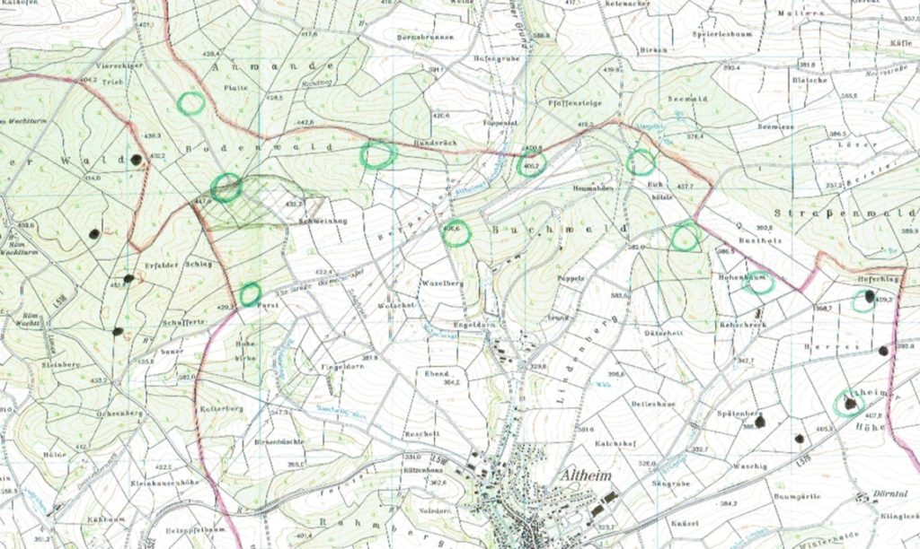 """Abbildung 1, Erste Gedanken zum Projekt Altheim III (Stand November 2019) Durch die Erfahrungen der Windparks """"Altheimer Höhe I und II"""" sowie des Windparks """"Großer Wald Hettingen/Rinschheim"""" ist uns das Potential der dazwischenliegenden Fläche durchaus bekannt gewesen. Folglich haben wir das Gelände zwischen den beiden Parks untersucht, um alle potentiellen Standorte zu identifizieren. Die auf unserer ersten Karte zum Projekt (Abbildung 1) mit grünen Kreisen verzeichneten Standorte konnten nach einer Begehung vor Ort für grundsätzlich tauglich befunden werden. Ziel war nun, möglichst viele potentielle Standorte genau zu überprüfen, um anschließend die geeignetsten 5 bis 7 daraus selektieren zu können. Mit dieser Ausgangslage haben wir dann verschiedene Gutachten, beispielsweise Radar, Schall, Schatten, Naturschutz, und einige weitere in Auftrag gegeben und uns Rückmeldungen der lokalen Interessenvertreter eingeholt. Am 03.01. konnte mit dem Einreichen einer BImSchG-Voranfrage ein wichtiger Meilenstein erreicht werden. Hieraus hat sich ergeben, dass eine größere Umplanung nötig sein wird. Die """"mittleren Standorte"""" wurden aus der Planung genommen. Hierfür spricht, dass der Verkehrslandeplatz Walldürn eine Anflugschneise aus Süden benötigt. Weiterhin ergibt sich durch das Wegfallen dieser Standorte rein optisch lediglich eine Erweiterung der bestehenden Windparks, was das Landschaftsbild entlastet. Ausschlaggebend waren auch die von Gebäuden zu wahrenden Abstände zum Munitionsdepot Altheim, welche von den gestrichenen Anlagenstandorten nicht eingehalten werden konnten. Außerdem wurde der Standort in unmittelbarer Nähe zur Verbindungsstraße Altheim – Gerichtstetten gestrichen. Hier wäre Aufgrund von Abstandsregelungen zur Straße und den bestehenden Windkraftanlagen ein kleinerer Anlagentyp notwendig, was enormen Mehraufwand bedeutet hätte. Ein weiterer Standort auf der östlichen Parkseite lag in der Nähe des Modellflugplatzes Altheim. Aufgrund des nötigen Abstandsbereic"""